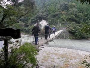 最後の吊り橋を渡ります