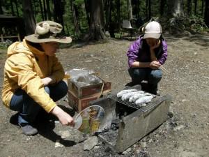 焼き魚担当は女性陣