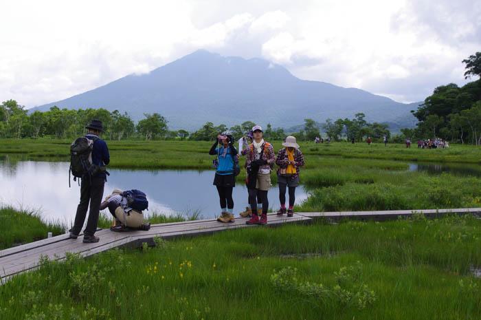 湿原の中の沼とヒウチが岳