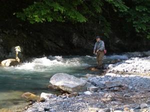 青木川にて天然の岩魚をねらう