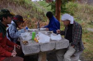 翌日、ヒノエマタ川の河原の休憩所で朝食
