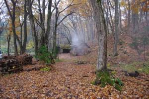 森入り口の小屋から煙が