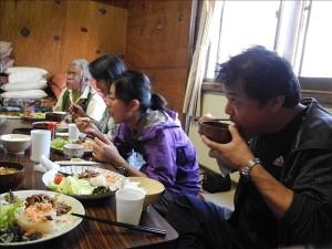 青年小屋の夕食