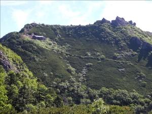 権現小屋と権現岳が見えてきました