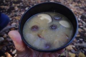 アファンの森のナメコとシイタケにミソを入れただけのキノコ汁