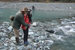 ビギナーの橋本さんに釣りを教える山城さん