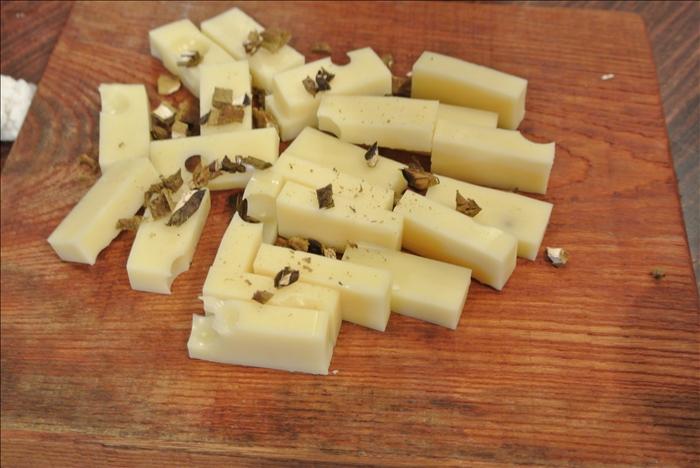 スモークチーズの上に乾燥のポルチーニを振りかける