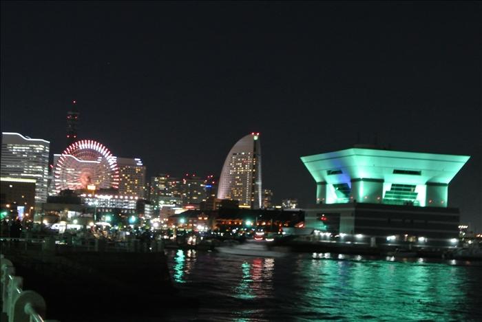 食後のそぞろ歩きの時に見た横浜らしい夜景